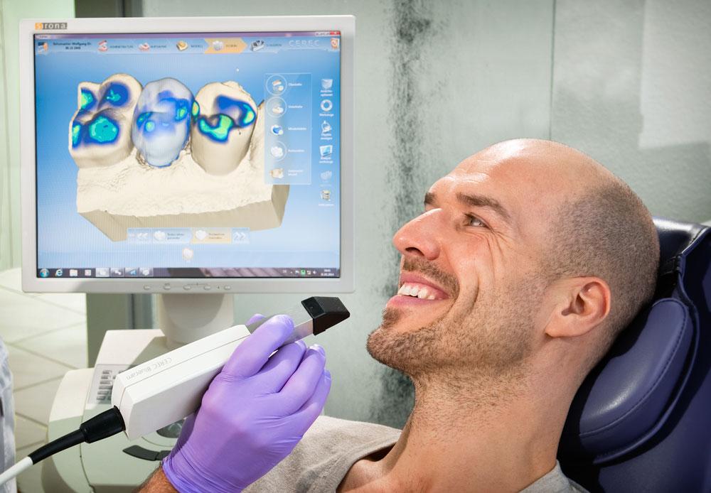 Mit der Kamera des Cerec-Systems wird eine dreidimensionale Aufnahme der Zähne erstellt. Das spart den konventionellen Abdruck mit dem Abformlöffel. Foto Dietrich Hackenberg