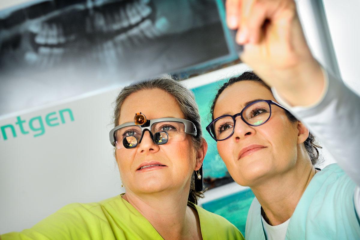 Zahnärztinnen Stefanie Ulleweit & Brigitte Exner mit Röntgenbild